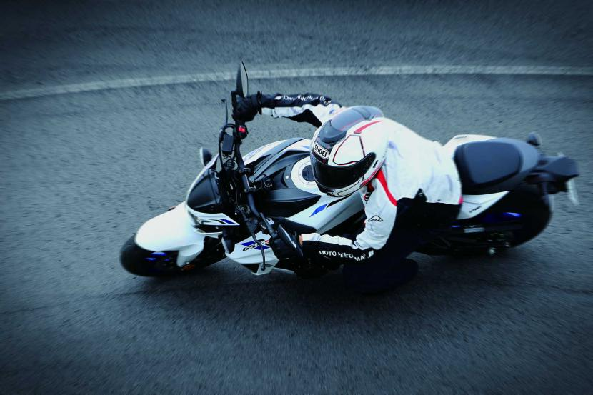 GSX-S750YAL9_YWW_action06