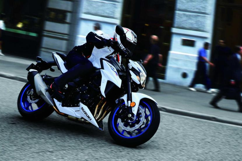 GSX-S750YAL9_YWW_action04