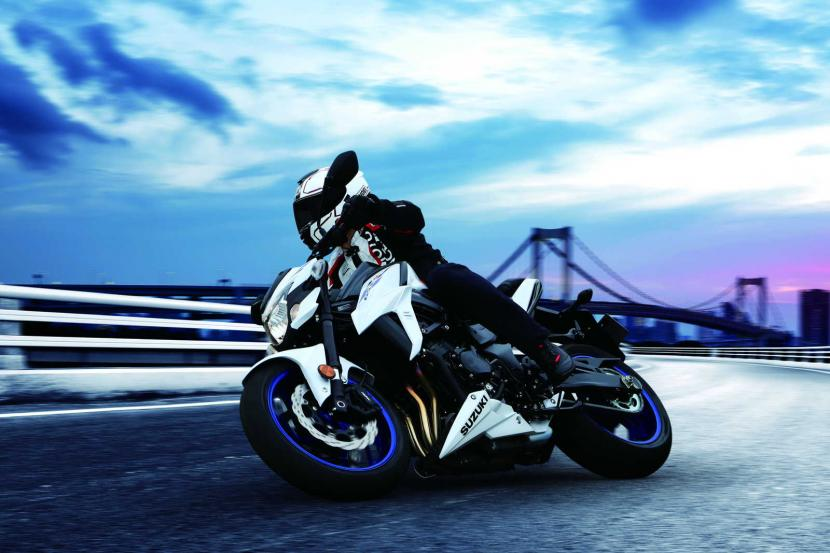 GSX-S750YAL9_YWW_action01