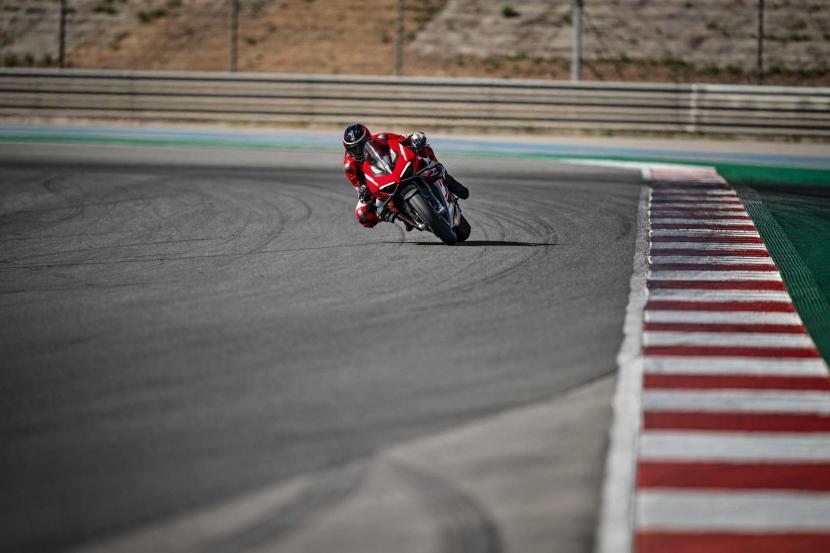 08_Ducati Superleggera V4_Action_UC145858_Preview