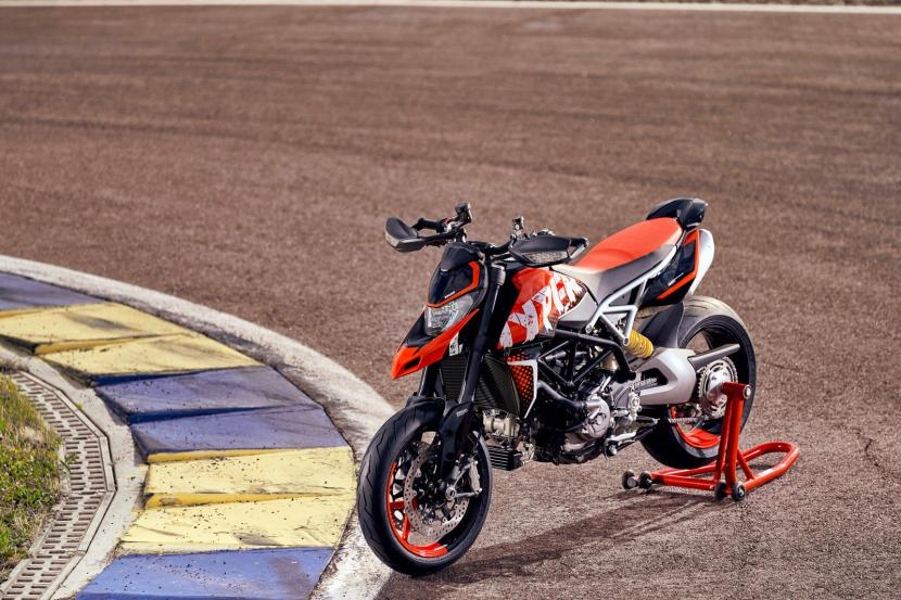 DUCATI HYPERMOTARD 950 RVE_AMBIENCE_02_UC169747_Preview